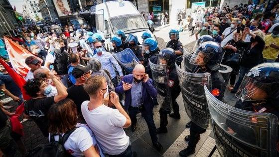 Napoli, corteo sfocia in violenza: feriti 3 poliziotti. Gabrielli:
