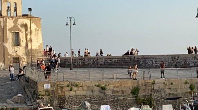 Pozzuoli, troppi assembramenti: il sindaco Figliolia chiude il Lungomare