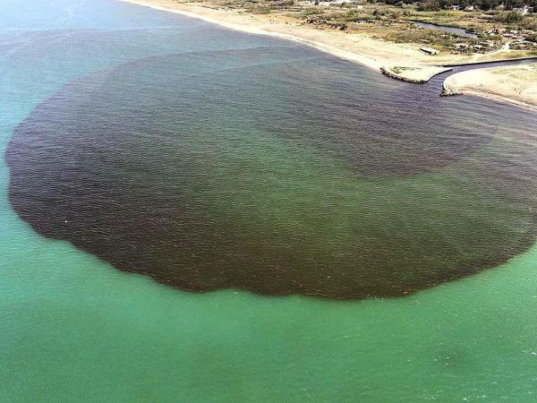 Macchia nera nel mare del litorale domitio: indagine della Procura