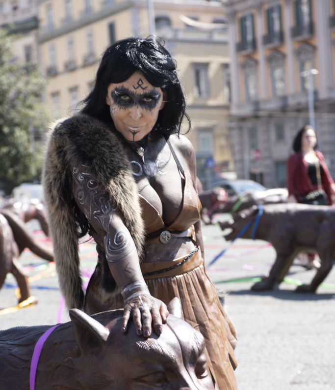 Successo per l'artista Slobodanka Ciric e la sua performance tra lupi di Liu Ruowang