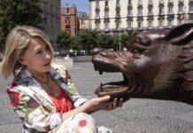 Licantropa, performance di Slobodanka Ciric tra i lupi di Liu Ruowang in piazza Municipio