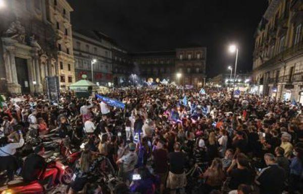 Il Calcio Napoli vince la sesta Coppa Italia: città in festa (VIDEO)