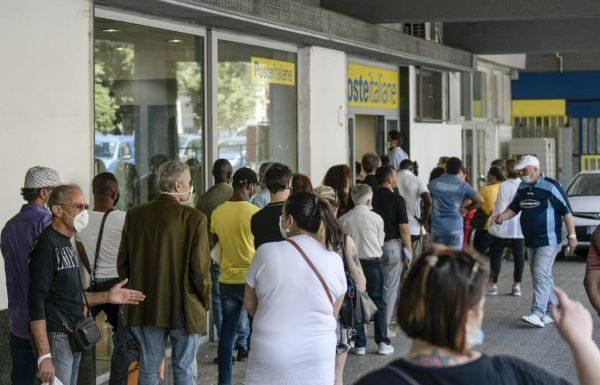 Poste Italiane, ci sono lunghe file sotto il sole a Napoli: pochi sportelli