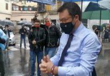 Salvini a Napoli contestato mentre depone una fiori per agente Apicella
