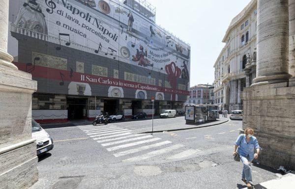 Teatro San Carlo: portici bonificati ma ora si chiede sorveglianza