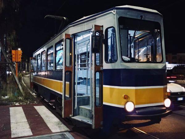 Napoli, i vecchi tram restaurati tornano sulle strade a settembre: partono le prove tecniche