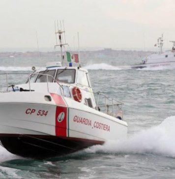 Bacoli, si ribalta barca con tre persone a bordo: salvati dalla Guardia Costiera