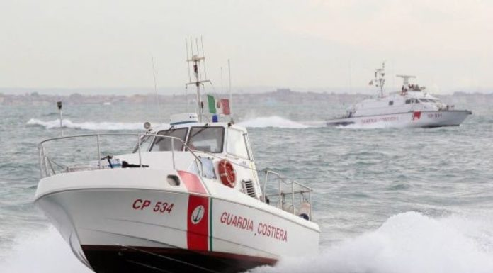 Bacoli, si ribalta barca con tre persone a bordo: salvati dalla Guardia Costiera