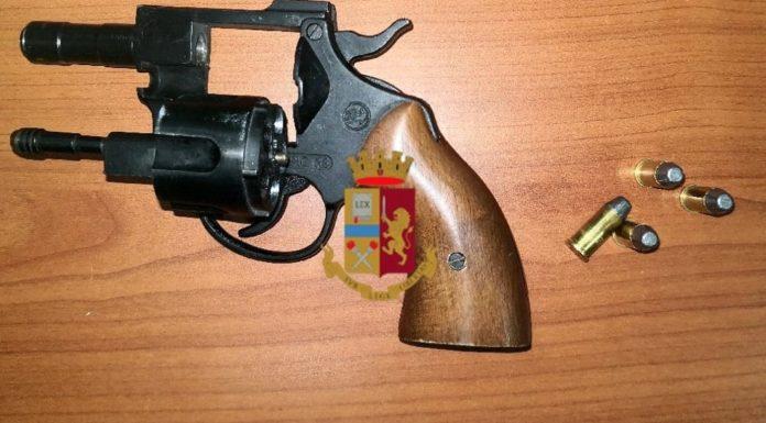 Mezzocannone, va in giro con una pistola nel borsello: arrestato