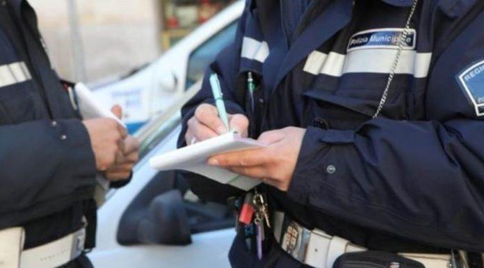 Pozzuoli, parcheggia nel posto per disabili e aggredisce un vigile: arrestato un 38enne