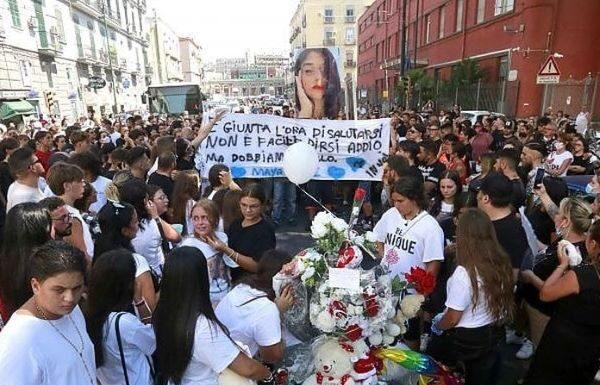 Tragedia in piazza Carlo III: tanto dolore ai funerali della 15enne Maya