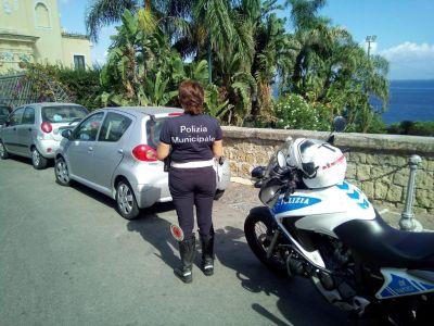 Napoli, controlli ZTL a Posillipo e parcheggiatori abusivi: 148 multe e 33 denunce
