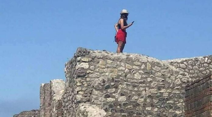 Scavi di Pompei, turista sale sul tetto delle Terme per scattare un selfie