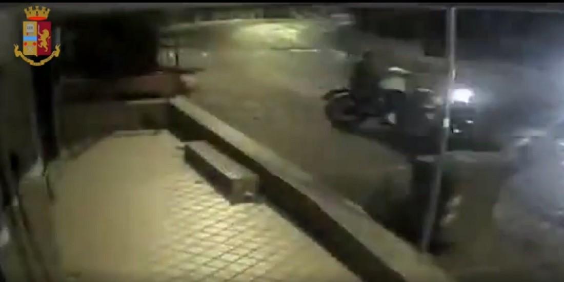 Ponti Rossi, ladri in fuga speronano la moto della polizia: tre arresti