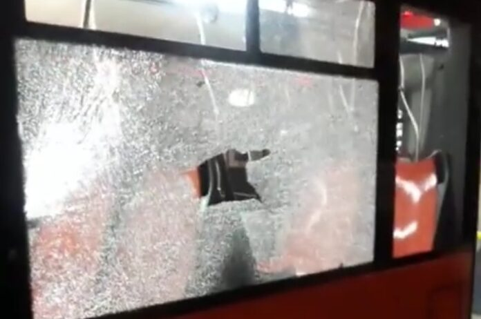 Paura in Via Medina, lancio di bottiglie contro un autobus: un ferito