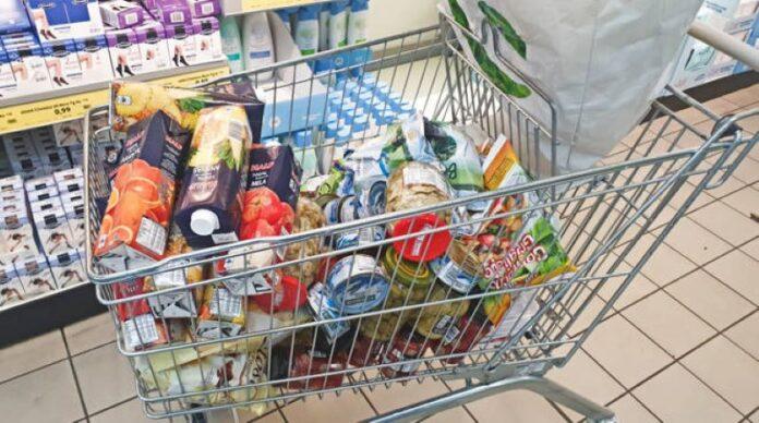 Covid 19 a Napoli, timore di un nuovo lockdown: file nei supermercati