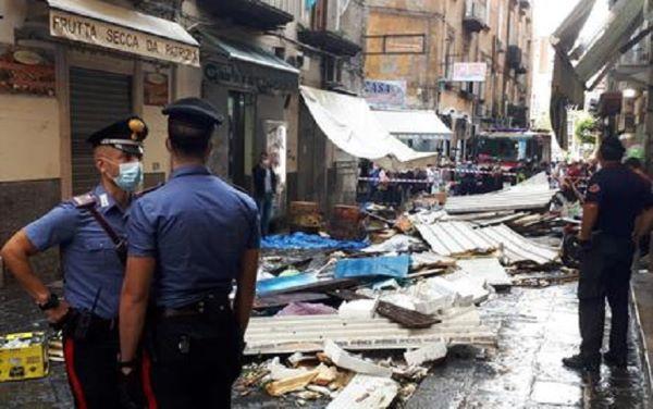 Maltempo a Napoli: crolla un solaio alla Pignasecca e cadono alberi al Vomero (VIDEO)