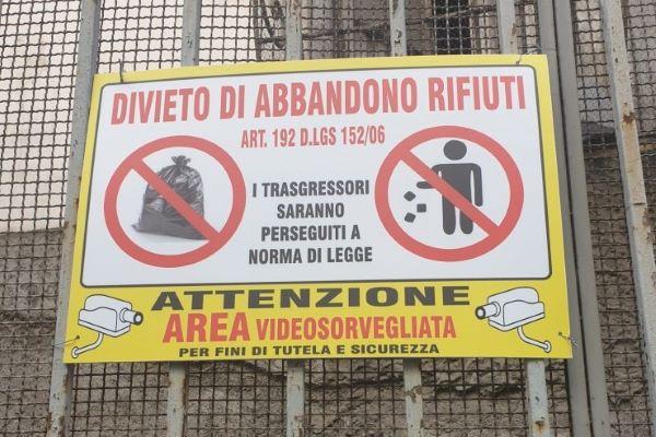 Napoli, sversamento illecito di rifiuti in via Santa Lucia: 18 persone sanzionate