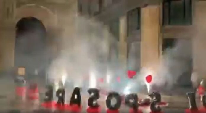 Galleria Umberto: fuochi d'artificio e musica a tutto volume per una proposta di matrimonio (VIDEO)