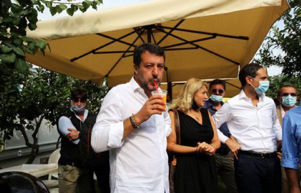 Salvini a Torre del Greco: fischi e lancio di pomodori contro il leader leghista