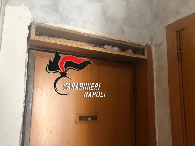 Scampia, nascondeva la droga nel telaio di una porta: arrestato