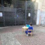 Scuole chiuse in Campania: La foto della protesta di un piccolo alunno fa il giro del web