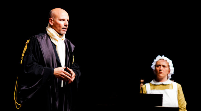 Al Teatro Cortese torna Tradimenti con La Costruzione di Russo. Secondo appuntamento con le sei infedeltà in forma teatrale del commediografo napoletano.