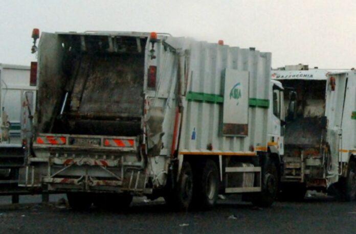 Covid 19 a Napoli, problemi nella raccolta dei rifiuti: positivi 100 dipendenti dell'Asìa