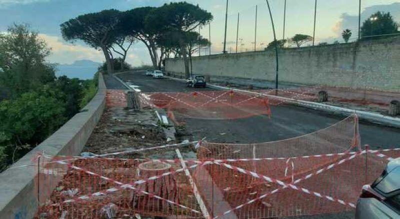 Posillipo, crolla un pezzo di strada: via Tito Lucrezio Caro chiusa al traffico