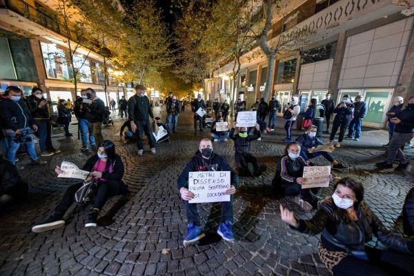 Napoli: manifestazione pacifica al Vomero contro le chiusure anticipate