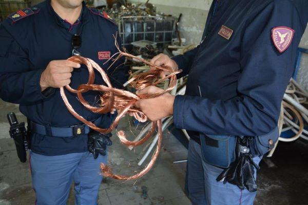 """Napoli, arrestato il """"Lupin"""" delle ferrovie: aveva rubato cavi di rame per un valore di 50mila euro"""