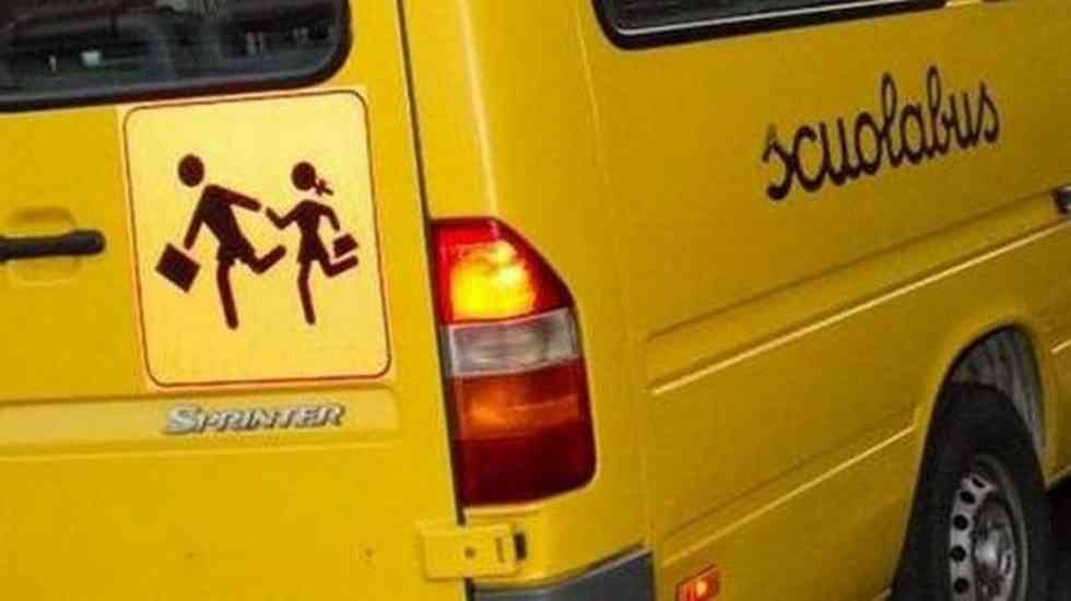 Napoli, gli autisti di scuolabus protestano contro De Luca