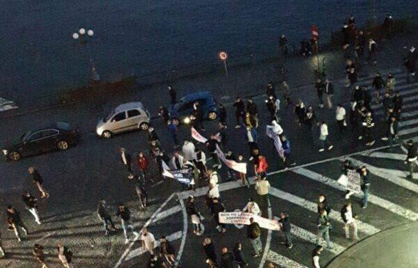 Campania zona rossa, proteste nel centro di Napoli. Diretta video