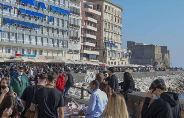 Covid 19 a Napoli: accessi contingentati nelle zone degli assembramenti