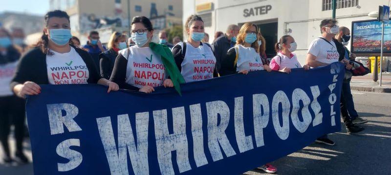 Whirlpool: operai dello stabilimento di Napoli in protesta alla stazione centrale