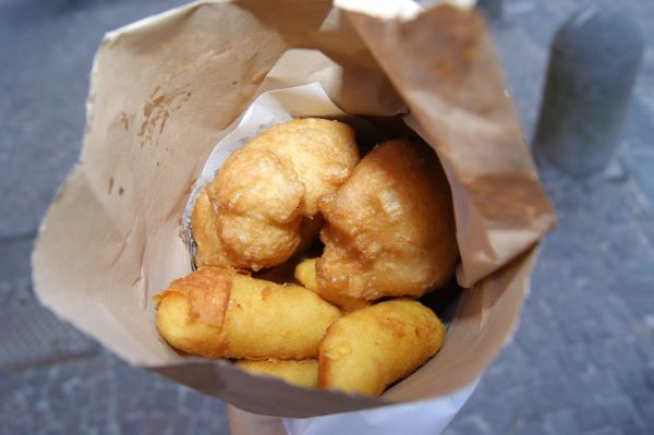 Street food a Napoli, dalla pizza al babà: ecco le specialità da assaporare passeggiando