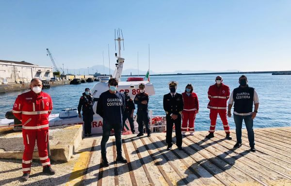 Covid 19 a Napoli: subacquei donano bombole per l'ossigeno alla Croce Rossa