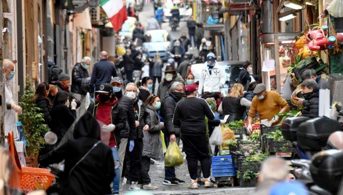 Assembramenti a Napoli, nel weekend controlli più stringenti