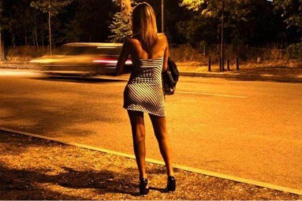 Caserta, prostituta multata perché senza mascherina: devasta l'ufficio dei vigili