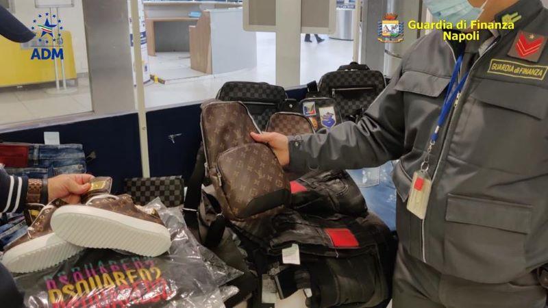 Aeroporto di Capodichino: sequestrati 400 capi di abbigliamento contraffatti di note case di moda