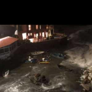 Maltempo a Napoli, il vento e il mare provocano danni ai ristoranti sul lungomare. VIDEO
