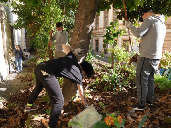I volontari ripuliscono l'esterno del Parco dei Quartieri Spagnoli di Napoli
