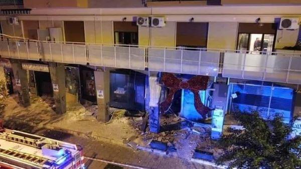 Casoria, bomba distrugge vari negozi della Galleria Marconi: l'ombra del racket