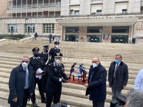 Ospedali Monaldi e Cotugno: Carabinieri donano statua in carta pesta al personale sanitario