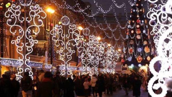 Napoli, via Duomo illuminata per la festa di San Gennaro