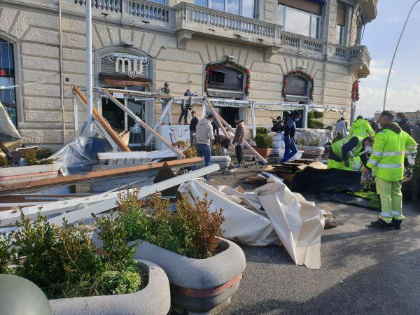Maltempo a Napoli: riaperta via Partenope dopo la terribile mareggiata (GALLERY)