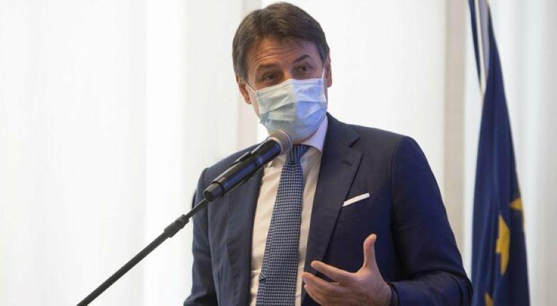 """Governo, frecciata di Conte a Renzi: """"Ormai la gara è a chi rinuncia alle poltrone…"""""""