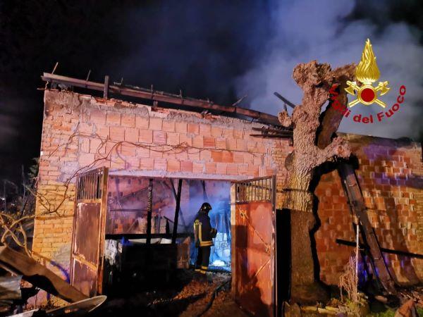 Ariano Irpino, paura nella notte: incendio distrugge un deposito agricolo
