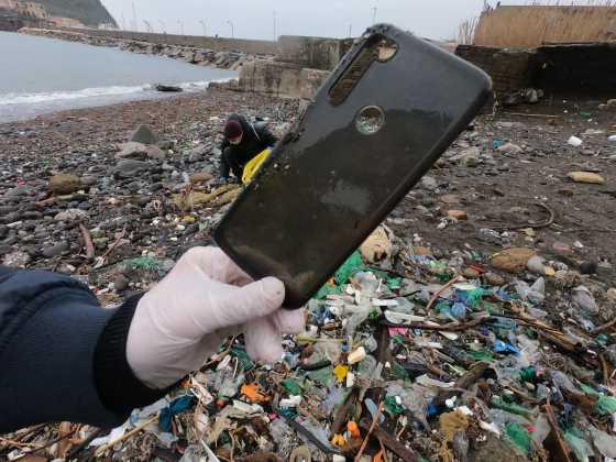 Napoli, cittadini in azione per ripulire la spiaggia di Nisida