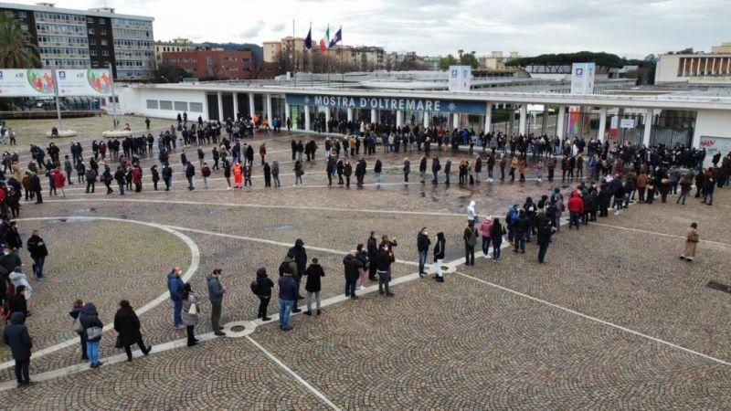 Napoli, via alla campagna di vaccinazione anti Covid alla Mostra d'Oltremare: lunghe file